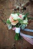 白花豪华新娘花束在一个木板的 免版税库存照片