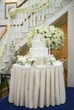 白花围拢的婚宴喜饼 免版税库存照片