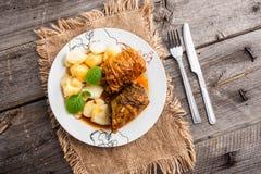白菜卷dishstuffed圆白菜dishstuffed圆白菜盘 免版税库存照片