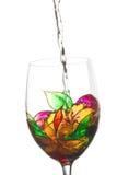 白葡萄酒倾吐了一块彩色玻璃 免版税库存图片