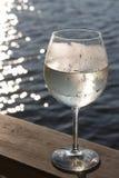 白葡萄酒喷流 库存照片