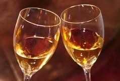 白葡萄酒在二块玻璃中 免版税库存照片