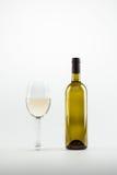 白葡萄酒特写镜头视图在玻璃和瓶的 免版税库存图片