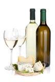 白葡萄酒瓶、二块玻璃和干酪 免版税图库摄影