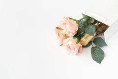 白葡萄酒瓶和玫瑰在礼物袋子 免版税库存图片