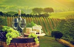 白葡萄酒瓶和玻璃wodden桶 免版税库存照片