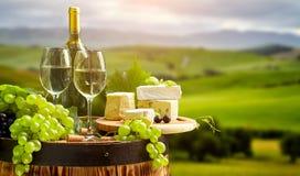 白葡萄酒瓶和玻璃wodden桶 库存图片