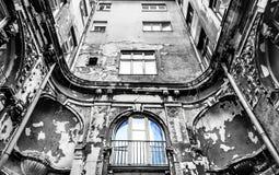 黑白葡萄酒街道段落在城市 库存图片