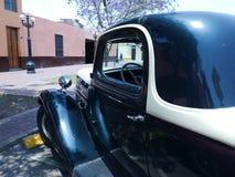黑白薛佛列双门的小轿车,利马 免版税图库摄影