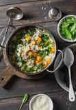 白薯和猪肉香肠汤用菠菜和面团在一个罐在黑暗的背景,顶视图 可口秋天,冬天舒适 免版税库存图片