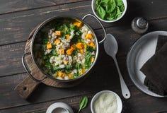 白薯和猪肉香肠汤用菠菜和面团在一个罐在黑暗的背景,顶视图 可口秋天,冬天舒适 免版税图库摄影