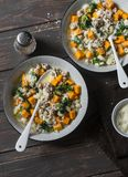 白薯和猪肉香肠汤用菠菜和面团在黑暗的背景,顶视图 可口秋天,冬天舒适食物 免版税库存图片