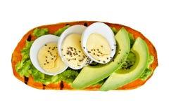 白薯多士用鲕梨、鸡蛋和被隔绝的chia种子 图库摄影