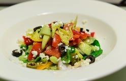 白薯橄榄色的圆白菜沙拉用希腊白软干酪和婴孩菠菜 图库摄影