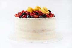 白蛋糕用果子和makarons 免版税图库摄影