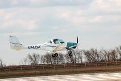 白采尔科维,乌克兰 2016 4月11日,飞行到超轻型的计划 免版税库存照片