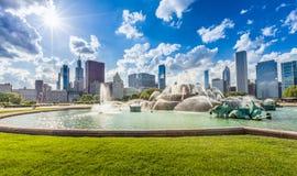 白金汉喷泉和芝加哥街市地平线 免版税图库摄影