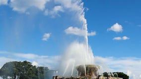 白金汉喷泉喷洒入天空的芝加哥伊利诺伊水 影视素材