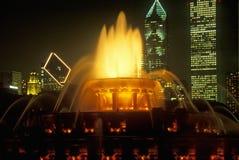 白金汉喷泉在格兰特公园在晚上,芝加哥,伊利诺伊 库存图片