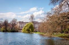 白金汉宫和圣詹姆斯公园 库存照片