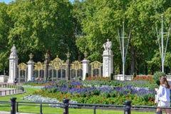 白金汉宫庭院在一个晴朗的夏日 库存照片