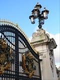 白金汉宫门。 库存图片