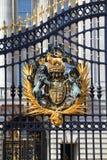 白金汉宫门的皇家冠在伦敦 库存图片