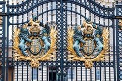 白金汉宫门的-著名地标皇家冠在伦敦 修造,在1705年宫殿是正式的 免版税库存照片