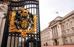 白金汉宫门细节在伦敦英国 库存图片