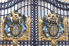 白金汉宫,有皇家徽章的,伦敦,英国装饰入口门 免版税库存图片
