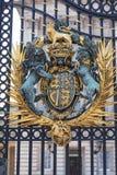 白金汉宫,有皇家徽章的,伦敦,英国装饰入口门 库存图片