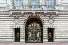 白金汉宫,装饰对庭院的金属金门 免版税库存图片