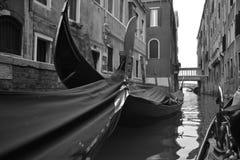 黑白长平底船 库存图片