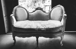 黑白长沙发 免版税库存照片