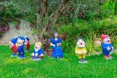 白雪公主和七个矮人在庭院里 免版税库存图片