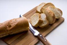 白面包和刀子 库存照片