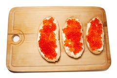 白面包将红色鱼子酱黄油夹在中间 库存图片