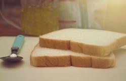 白面包或切的面包用菠萝果子果酱,简单的食物早餐 库存照片