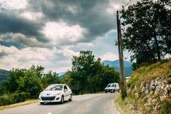 白颜色标致汽车308 3门汽车和标致汽车成为汽车的伙伴 库存照片