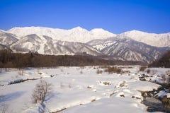 白马村庄在冬天 免版税库存照片