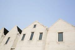 白水泥砖有一个狭窄的窗口的块墙壁 免版税库存图片