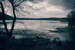 黑白洪水湖在村庄 免版税库存照片
