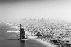 黑白Burj Al阿拉伯的鸟瞰图 库存照片