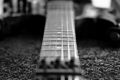黑白Fretboard葡萄酒电吉他 库存照片