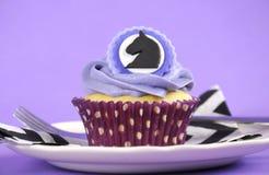 黑白V形臂章用紫色题材党杯形蛋糕 免版税图库摄影