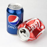 百事可乐和可口可乐罐头 库存照片