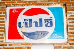 百事可乐葡萄酒商标烙记的商标在泰语版本的 库存图片