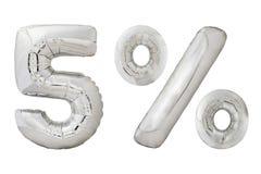 百分之五在白色的镀铬物金属气球 免版税库存照片