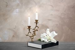 百合、蜡烛和圣经 库存图片
