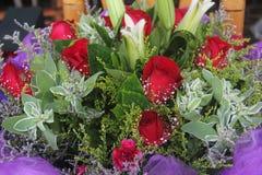 百合和玫瑰在花店 库存图片